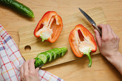 两个一半红辣椒和切好的黄瓜在厨房蟒蛇 图库摄影