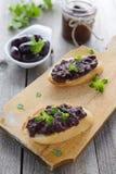 两个三明治用橄榄色的头脑。希腊烹调 库存图片