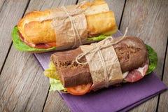 两个三明治用沙拉、火腿、乳酪和蕃茄 库存图片