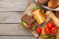 两个三明治用沙拉、火腿、乳酪和蕃茄 免版税库存照片