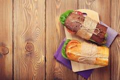 两个三明治用沙拉,火腿,乳酪 库存图片