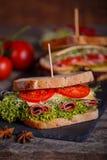 两个三明治用谷物面包用莴苣,火腿 库存图片