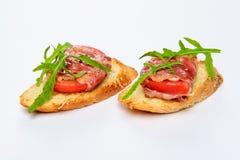 两个三明治用serrano火腿、乳酪和芝麻菜 免版税库存图片