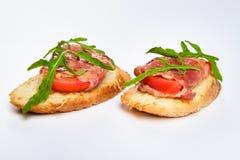 两个三明治用serrano火腿、乳酪和芝麻菜 免版税库存照片