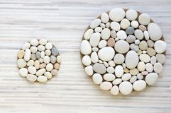 两个不可思议的石头圈子在白色和灰色被剥离的背景,轻的小卵石,坛场塑造由石头做成 库存图片
