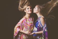 两个与长的头发的白肤金发的少妇秀丽时尚画象 免版税库存图片
