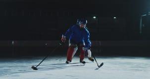 两个专业曲棍球运动员去到战斗的旅大市为顽童 力量招待会 股票录像