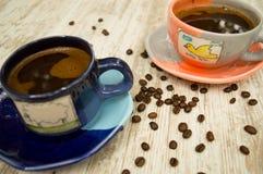 两个五颜六色的咖啡杯4 库存照片