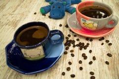 两个五颜六色的咖啡杯2 免版税库存照片