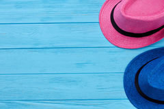 两个五颜六色的夏天帽子 库存图片