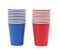 两个五颜六色的纸咖啡杯。 库存图片