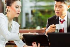 两个亚裔中国商人 库存图片