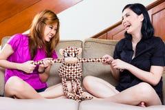 两个亚裔女孩在家 免版税库存照片