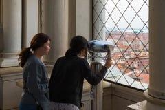 两个亚裔旅游女孩在从圣马克` s Campanile Campanile di圣钟楼的圣马可广场看  库存图片