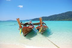 两个亚洲人长鳍金枪鱼小船在天堂 库存照片