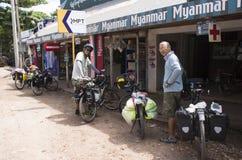 两个人停放在商店前面的自行车在途中对缅甸 库存照片