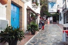 两个人参观商店在老镇街道  库存图片