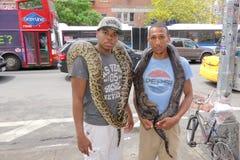 两个人和他们的宠物蛇 免版税库存图片