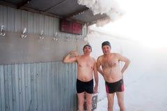 两个人在一个温泉在冬天,秋明州 免版税图库摄影