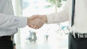 两个人在一套严密的服装穿戴了与彼此握手 股票录像