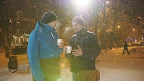 两个人在冬天谈并且喝在街道上的咖啡 圣诞节市场 影视素材