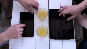 两个人在咖啡馆的一种片剂键入 在视图之上 影视素材