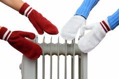 两个人在油冷却器手套附近取暖 万圣节隔离南瓜白色 免版税库存照片