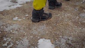 两个人在远征去 专业迁徙的靴子和绑腿帮助移动雪 股票录像