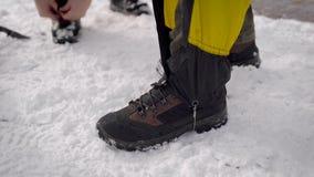 两个人在远征去 专业迁徙的靴子和绑腿帮助移动雪 股票视频