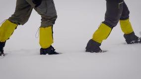 两个人在远征去 专业迁徙的靴子和绑腿帮助移动雪 影视素材