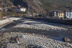 两个人在Paro,不丹清洗河床 免版税库存照片