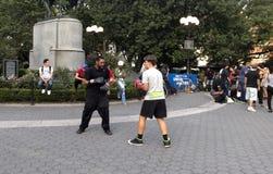 两个人实践拳击在联合广场公园纽约 免版税库存图片