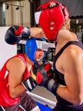 两个人拳击手佩带的盔甲拳击 库存照片