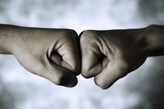 两个人拳头碰撞 免版税库存照片