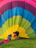 两个人拾起气球 免版税库存照片