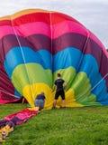 两个人拾起气球 库存图片