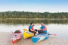 两个人旅行划皮船的河 免版税库存图片