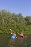 两个人旅行划皮船的河 图库摄影