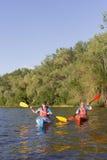 两个人旅行划皮船的河 库存照片