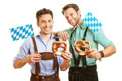 两个人用椒盐脆饼和巴伐利亚人 免版税库存图片