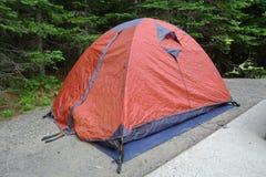 两个人的橙色野营的帐篷 免版税库存图片