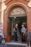 两个人立场在门商店在瓦莱塔 免版税库存照片