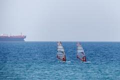 两个人订婚风帆冲浪Kitesurf 免版税库存图片