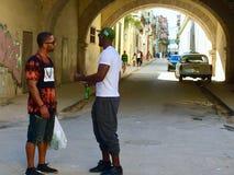 两个人谈话在哈瓦那旧城街道  免版税库存照片
