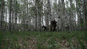 两个人跑到敌人 影视素材