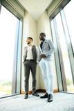 两个企业同事在会议上在现代办公室内部 免版税库存照片