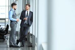 两个企业同事在会议上在现代办公室内部 免版税图库摄影