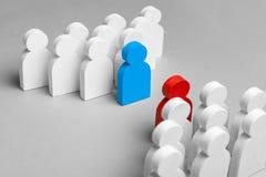 两个企业队的竞争 两群人在讨论中 在工作者中的冲突 概念 库存照片