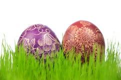 两个传统被抓的手工制造复活节彩蛋 免版税图库摄影