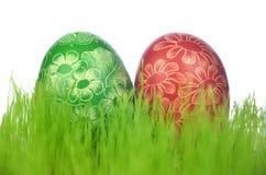 两个传统被抓的手工制造复活节彩蛋 免版税库存图片
